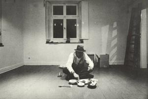 70/204   [Beuys, J.]. Joseph Beuys: 1a gebratene Fischgräte.