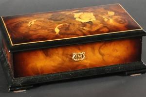 70/872   [Mechanical music instruments]. Music box.